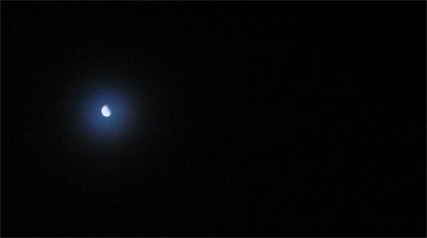 写真 - 闇夜の月と月の入り:南...